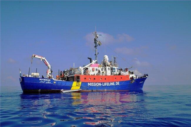 """Die """"Lifeline"""" auf dem Mittelmeer. Seit Ende Juni hat das Schiff Zwangspause und liegt in Malta vor Anker."""
