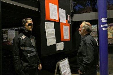 Szene-V-Männer, die nichts sehen, hören oder sagen, haben die Schüler in ihrer Geschichtswerkstatt zum NSU nachempfunden.