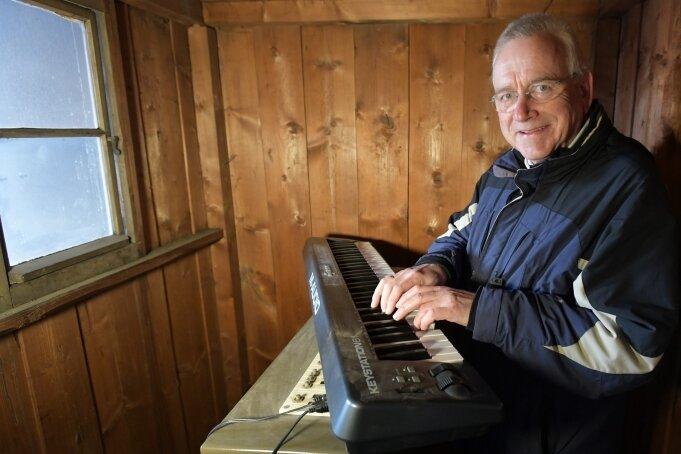 Über ein gekoppeltes Keyboard kann Andreas Schwinger die Glocken im Rathausturm bespielen. Das Steigerlied und andere Lieder sind jedoch auch elektronisch gespeichert und abrufbar.
