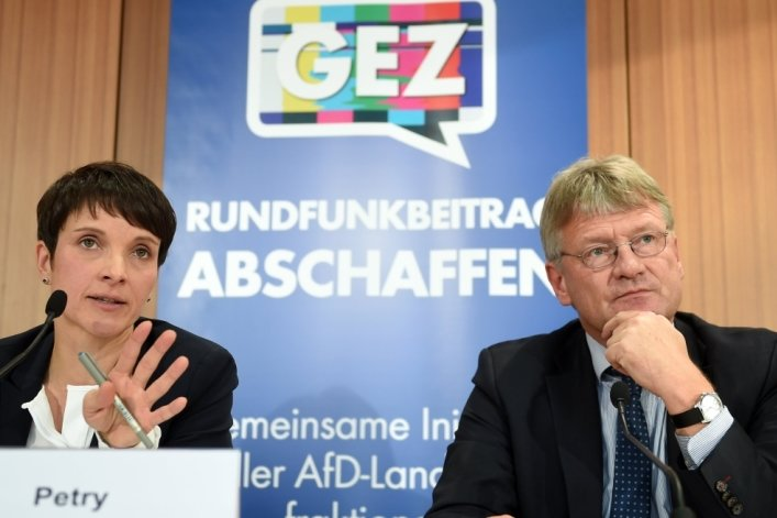 Die AfD-Chefs Frauke Petry (links) und Jörg Meuthen (rechts) gestern vor der Hauptstadtpresse.