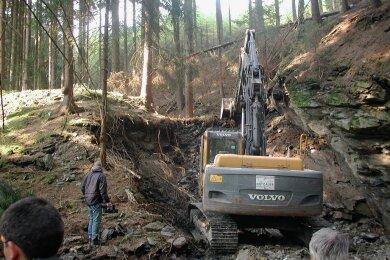Schon im April 2010 war mit einem Bagger im Waldgebiet zwischen Rodewisch und Wernesgrün nach verschütteten Stolleneingängen gesucht worden - allerdings ohne Erfolg.