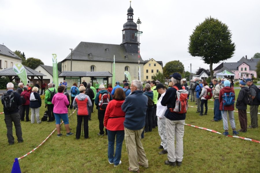 Mehr als 110 Wanderer kamen am gestrigen Mittwoch nach Posseck, wo zum Auftakt der Grenzlandwanderung ein Rast- und Infopunkt eingeweiht wurde. Die Wanderer starteten pandemiebedingt in Gruppen.