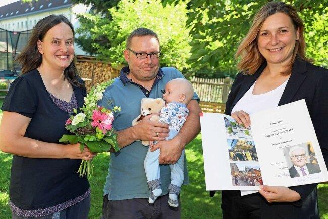 Die Zwickauer OB Constance Arndt (rechts) überreichte am Dienstag an Simone und Carsten Dinkelmann die Ehrenpatenschaft des Bundespräsidenten für ihren kleinen Wilhelm, der das siebte Kind der Familie ist.
