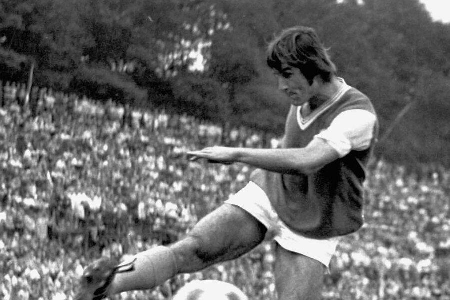 Peter Ducke am 25. August 1973 im Oberligaspiel in Zwickau am Ball. Ein Tor gelang dem Jenaer Stürmer in dieser Partie nicht, Gastgeber BSG Sachsenring gewann vor 20.000 Zuschauern mit 2:1.