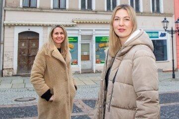 In das abbruchreife Haus Klostermarkt 8 will das Jojovita Fachzentrum für Kindertherapie und Förderung 2022 einziehen. Vorher wird saniert. Im Bild: die Inhaberinnen Carolin Köhler (links) und Lisa Thönelt.