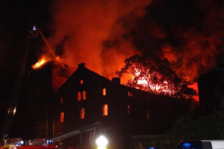 Das brennende frühere Brauerei-Gebäude.