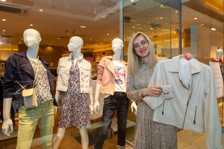 Sophie Schröter, die Storemanagerin der Boutique Miss Fischer, lässt sich die gute Laune nicht vermiesen. Ihr Laden ist zumindest stundenweise fürs Abholen der neuen Frühjahrs- und Sommermode geöffnet.