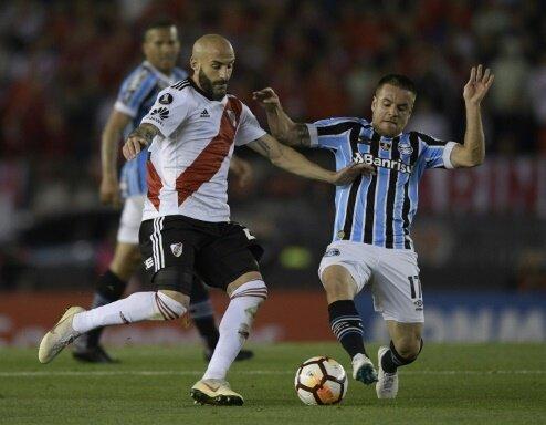 Javier Pinola (l.) bezwang mit River Plate Gremio