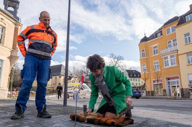 Donnerstag wurde der sanierte Postplatz in Rodewisch freigegeben. Bürgermeisterin Kerstin Schöniger (CDU) schlug den letzten Pflasterstein rein.