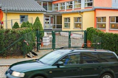 """In der Leubnitzer Kindertagesstätte """"Wirbelwind"""" ist der Haupteingang derzeit wegen Bauarbeiten gesperrt."""