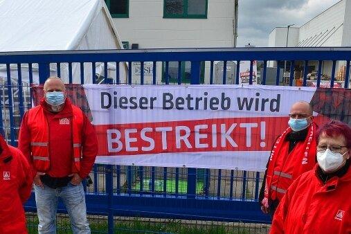 Mario John, Holger Hohmann, René Auerbach und Birgit Albrecht (v. l.) zum Warnstreik der IG Metall bei ISH in Hainichen.