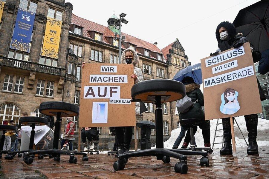 Mit Schneidehockern, Teelichtern und Plakaten demonstrierten Friseure am Donnerstag auf dem Chemnitzer Neumarkt für die Öffnung ihrer Salons, die pandemiebedingt im Moment geschlossen sind.