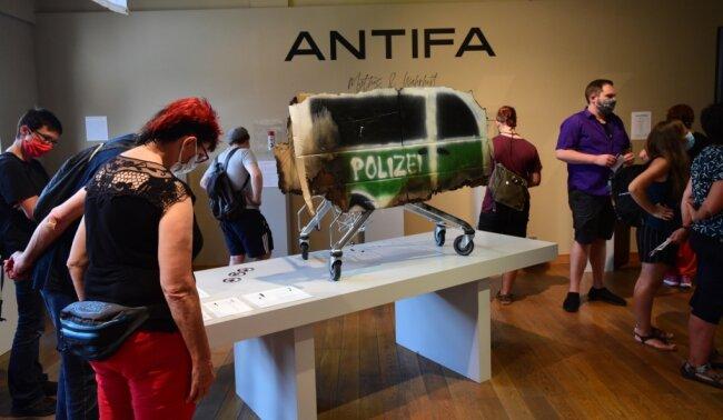 """Besonders groß war am Eröffnungstag das Interesse für die Ausstellung der Berliner Künstlergruppe """"Antifa - zwischen Mythos und Wahrheit"""" in den Kunstsammlungen am Theaterplatz. Bis zu eine Stunde mussten Besucher wegen der Coronabeschränkungen auf Einlass warten."""