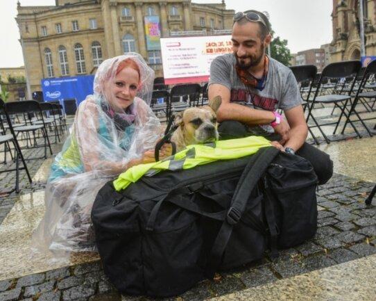 Nadine Seemann und Luigi Voigt aus Leipzig haben in der Nacht vom Freitag zum Samstag gemeinsam mit ihrem Hund auf dem Chemnitzer Theaterplatz geschlafen. Obdachlosigkeit ist beiden nicht unbekannt.
