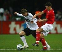Bastian Schweinsteiger (l.) im Zweikampf mit Gareth Barry
