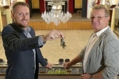 Im Freiberger Tivoli übernimmt Martin Höher (links) von Roland Säurich die Schlüssel für das Haus. Der 36-jährige gebürtige Meißner wird hier neuer Chef.