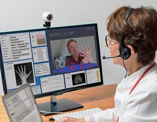 Videotelefonie macht's möglich: Eine Ärztin spricht mit einem Patienten per Internet. Auch Krankenkassen bieten den Service an.