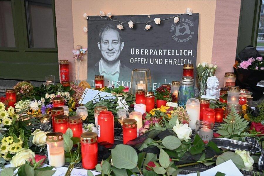 Mit Blumen und Kerzen wird in Limbach-Oberfrohna des am Mittwoch unerwartet verstorbenen Oberbürgermeisters Jesko Vogel gedacht.