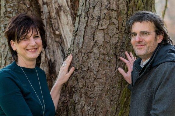 Carola Wittekind und Danilo Magyar an ihrem Baum im Wechselburger Schlosspark. Die beiden heiraten am Wochenende in Wechselburg.
