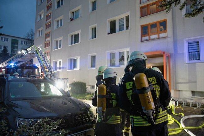 Hier zählte jede Sekunde: Am 2. Mai hat es im Treppenhaus Maxim-Gorki-Straße 110 in Freiberg gebrannt. 22 Bewohner mussten evakuiert werden - fünf von ihnen kamen kurzzeitig ins Krankenhaus.
