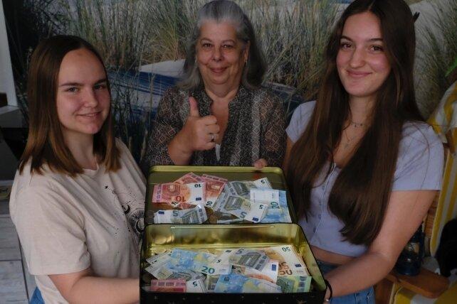 Daumen hoch fürs Gymnasium. Silke Baumann vom Gewerbeverein mit Jessica Jennys (links) und Lorin Stemmler.