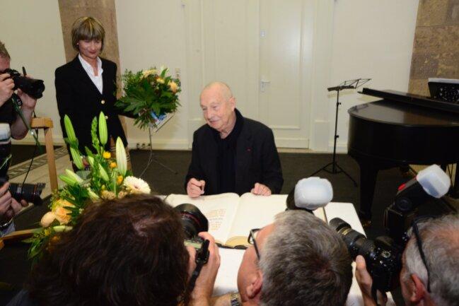 """Der Eintrag ins Goldene Buch der Stadt fand im Rahmen der Eröffnung der Ausstellung """"Georg Baselitz"""" statt."""