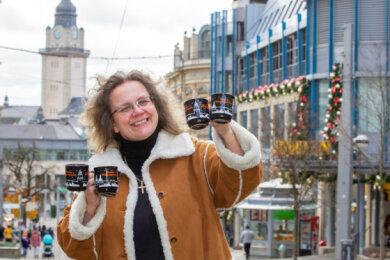 Alexandra Glied, Inhaberin des Plauener Hotels Alexandra, zeigt schon mal die Bürgertasse. Ab Dienstag ist sie zu haben - auch im Hotel.