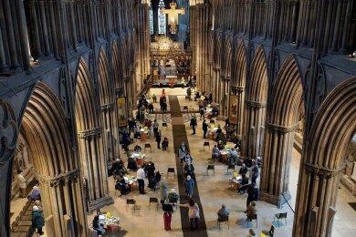 In der Lichfield-Kathedrale nördlich von Birmingham in Großbritannien werden Senioren mit dem Corona-Impfstoff der Universität Oxford und des Konzerns Astrazeneca geimpft.