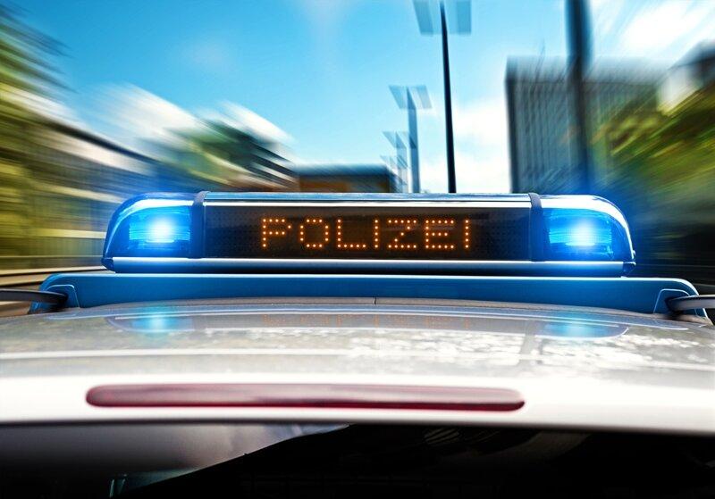 Mann wirft mit Messer nach Polizisten