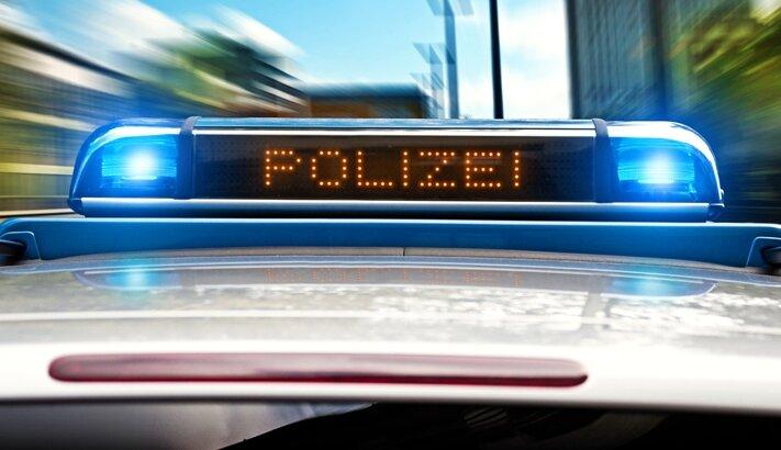 Transporter in Zwickau gegen Brückenpfeiler geprallt