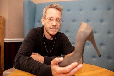 """Regisseur Andreas Ingenhaag mit Damenschuh: Angelehnt ans Grimm-Märchen gibt es auch in """"Cinderella"""" einen verlorenen Schuh. Doch so einiges ist auch anders als beim Vorbild."""