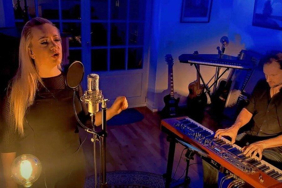 Sängerin Jasmin Graf und Pianist Arne Donadell im Videogruß, den die Vogtland-Kartonagen Reichenbach jetzt an fast 1000 Partner und Kunden verschickt haben.
