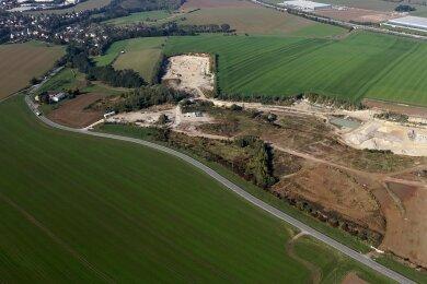 Die Kiesgrube aus der Luft gesehen. Die Ortschaft Gablenz (links) liegt nur wenige Meter entfernt.