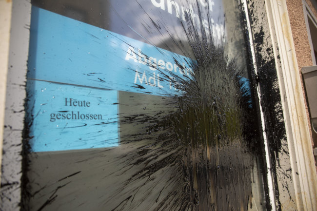Schon wieder Farbanschlag auf ein Büro der AfD im Erzgebirgskreis. Nachdem vor gut drei Wochen eine ölige Substanz auf ein AfD Büro in Schwarzenberg geschüttet wurde, gab es nahezu denselben Anschlag auf ein AfD Büro in Annaberg-Buchholz auf der Oberen Schmiedegasse.