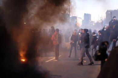"""Nach der Demonstration der Stuttgarter Initiative """"Querdenken"""" kommt es zu Auseinandersetzungen zwischen Teilnehmern und der Polizei."""
