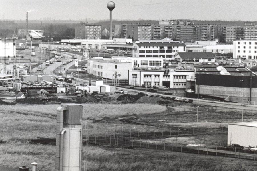 Das Foto entstand 1994, als sich schon die ersten Firmen angesiedelt hatten. Im Hintergrund befinden sich die Wohnblöcke am Westring.