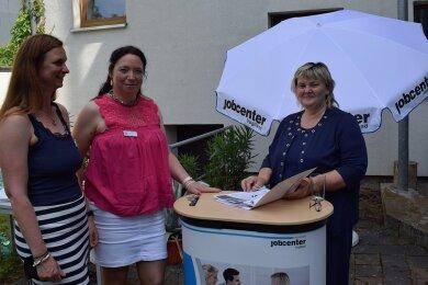 Die Sozialpädagoginnen Janine Krämer (links) und Beatrice Feiks (Mitte) sind mit der Jobcenter-Chefin Martina Kober stetig in Kontakt.