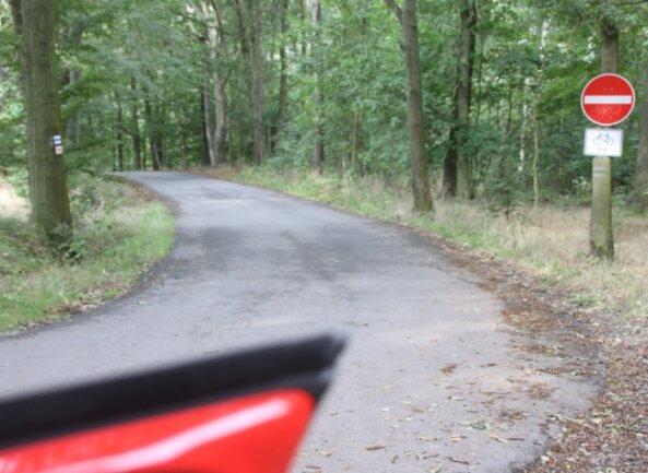 """Wird das """"Hebeisen"""", die Ortsverbindungsstraße zwischen Elsterberg und Scholas, bald wieder in beide Richtungen befahrbar sein? Die politisch Verantwortlichen beschäftigen sich derzeit auf Drängen von betroffenen Bürgern mit dem Thema."""