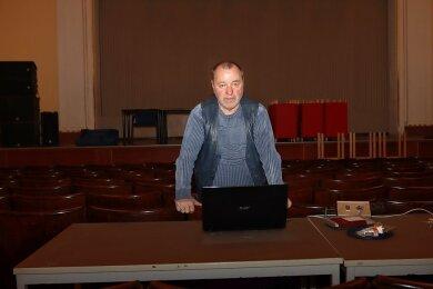 Im Theater Crimmitschau bleiben noch immer die Lichter aus. Thilo Ferstl, Leiter des Veranstaltungsmanagements, hofft, im zweiten Halbjahr wieder Gäste im Haus begrüßen zu können.