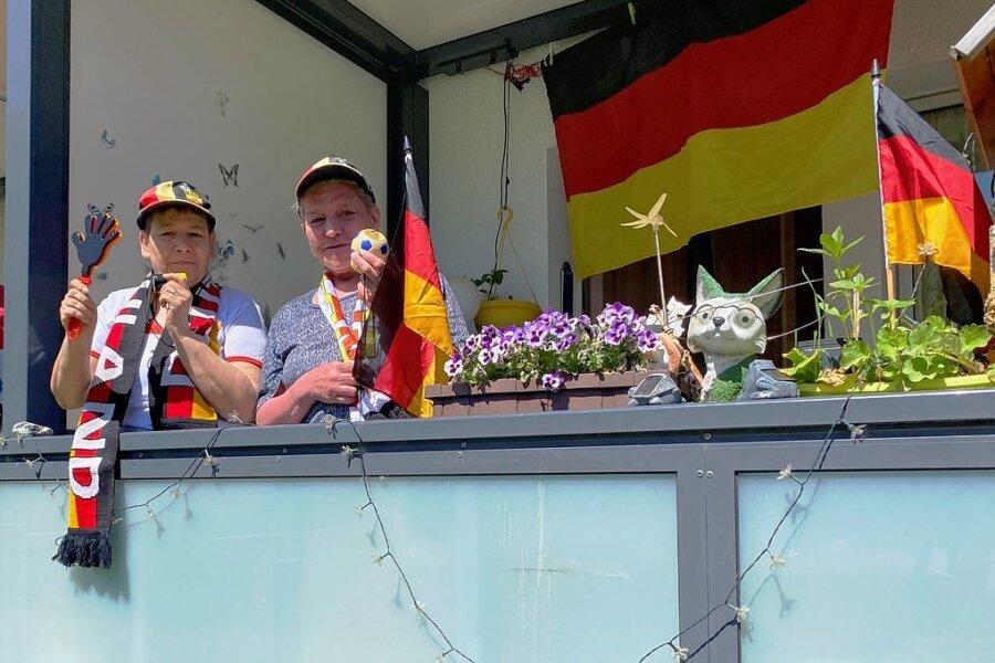 Der Balkon von Marina Wegel (rechts) lässt es vermuten. Wenn die deutsche Elf spielt, wird vor dem Fernseher mit Pauken und Trompeten mitgefiebert. Das ist bei Nachbarin Kerstin Zscherneck nicht anders.