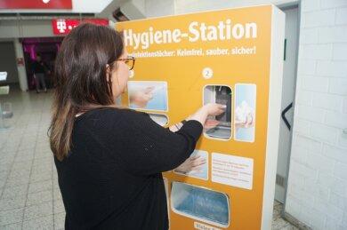 Die Hygiene-Station im Globus-Markt in Zwickau wird dieser Tage sehr häufig benutzt.
