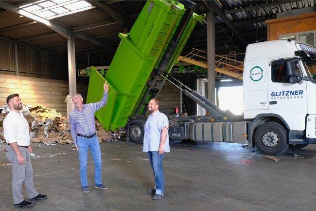 """Anlieferung von Pappe und Papier in einer Glitzner-Halle am vogtländischen Müllstandort in Schneidenbach. Immer wieder ist brandgefährlicher, oft noch mit Akkus ausgestatteter Elektronikschrott als Beifang dabei. """"Das gehört nicht in die blaue Tonne"""", sagt KEV-Geschäftsführer Jens Gerisch (Mitte). Er, Prokurist Sven Göbel (links) und Logistikleiter Norman Raschker bitten die Verbraucher, mehr auf Mülltrennung acht zu geben."""