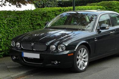 Ein schwarzer Jaguar wurde am Mittwoch in Sehma gestohlen.