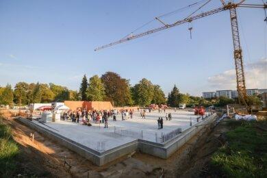 Im Beisein von etwa 150 Gästen ist am Mittwochnachmittag der Grundstein für eine Zweifeldhalle in Hartmannsdorf gelegt worden, rechts im Hintergrund das Diakomed-Krankenhaus.