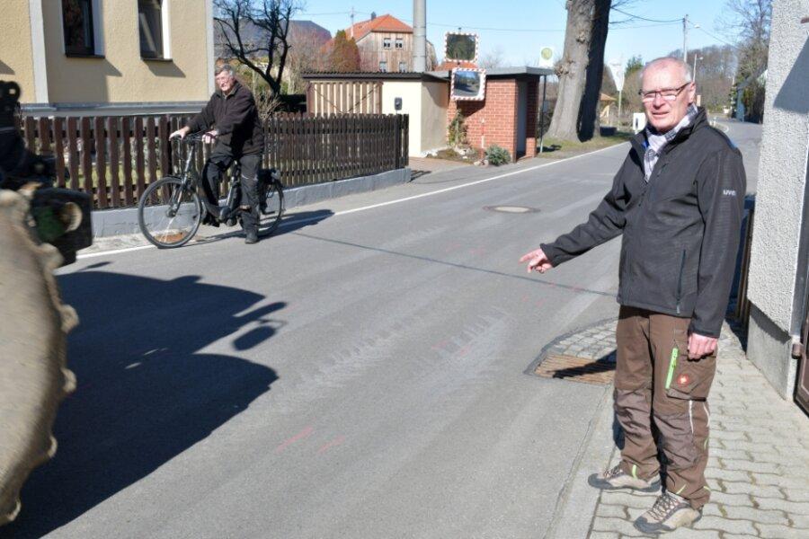 Eberhard Stenzel (rechts) an der Unfallstelle in Sohra. Anlieger Wolfgang Köhler (links) hat für 1200 Euro zwei Verkehrsspiegel gekauft, um die Sicht auf die Kreuzung zu verbessern; sein Sohn Tilo habe eine Spezialtransportfirma und sei auf die Verkehrsspiegel angewiesen.