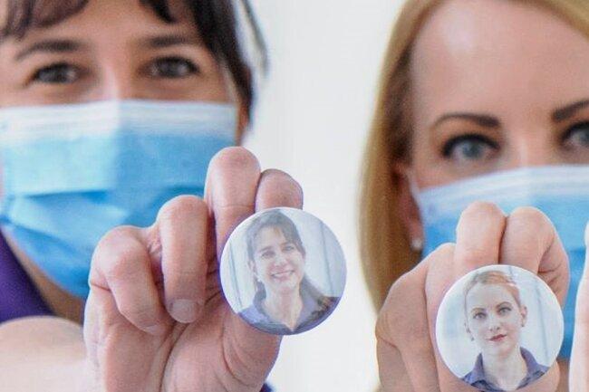 """Die Patientenlotsen zeigen """"Gesicht"""", um trotz Maske etwas Nähe zu schaffen."""