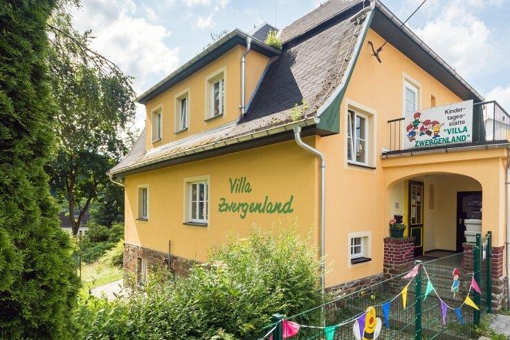 Eltern und Kita-Leitung kritisierten die mangelnde Pflege der Heidersdorfer Kindertagesstätte durch die Gemeinde. Bürgermeister Andreas Börnerverspricht Besserung.