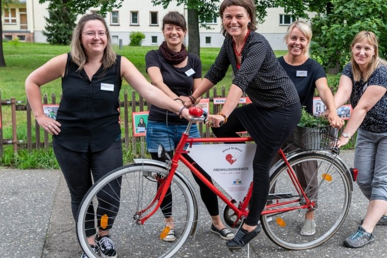 Rebecca Reinhardt (von links), Bianca Mai, Melanie Wallukat-Samtleben, Claudia Lau und Anja Nitzsche-Frühauf vermitteln von Rochlitz aus Freiwillige an Einrichtungen in ganz Sachsen.
