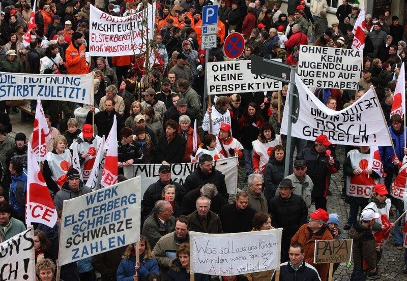 """<p class=""""artikelinhalt"""">Das hat Elsterberg noch nicht erlebt: 2000 Demonstranten zogen am Sonntag vom Enka-Werkstor zum Markt. Die Stadt zeigte Flagge, der Kampf um den Erhalt des Betriebes ist noch nicht verloren. </p>"""