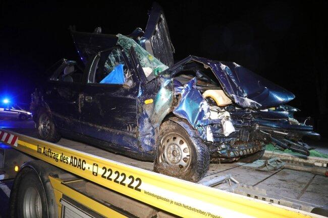 Der Fahrer und seine Beifahrerin wurden in dem Fahrzeug eingeklemmt.